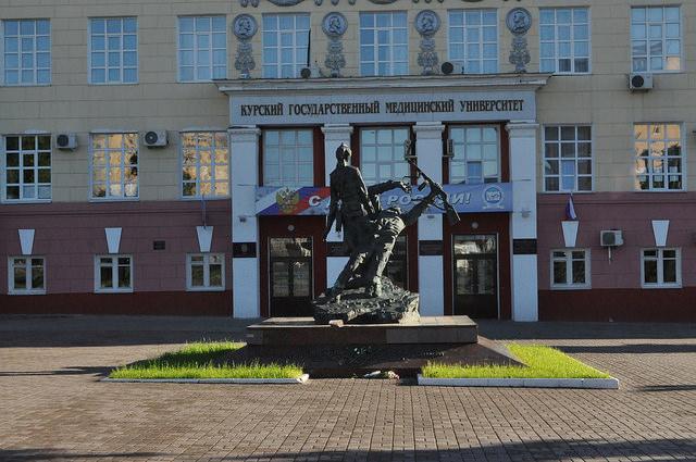 Памятник военным врачам в Курске