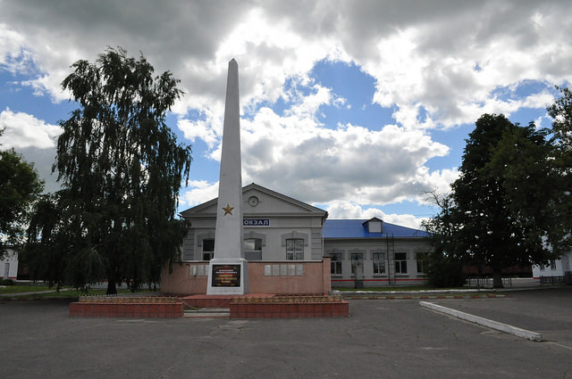Мемориал и вокзал в Комаричах
