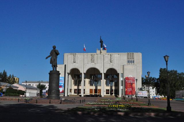 Курский драматический театр и памятник Пушкину