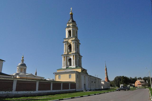 Надвратная колокольня с церковью Введения Пресвятой Богородицы во Храм Старо-Голутвина монастыря
