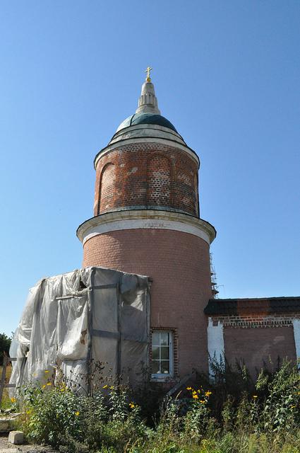 Каменная башня монастырской ограды Старо-Голутвина монастыря