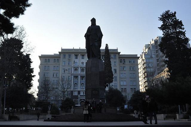 Памятник Низами Гянджеви (Баку)