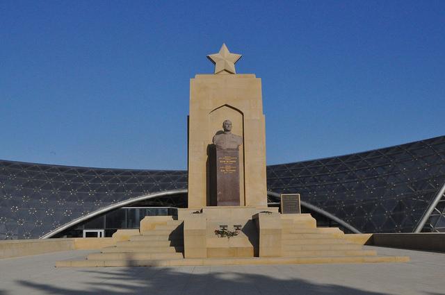 Памятник Дважды Герою Советского Союза генералу Ази Асланову, Баку