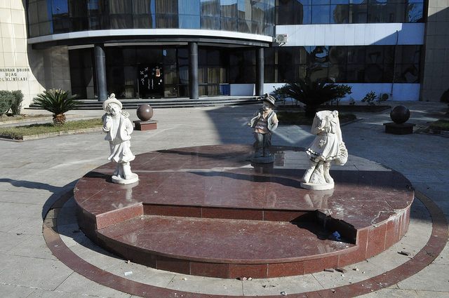 Скульптурная группа перед поликлиникой, Ленкорань