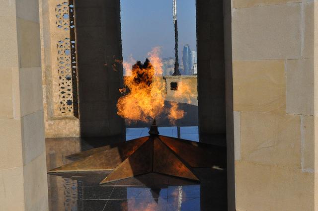 Вечный огонь, памятник шахидам, Баку