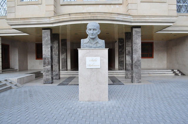 Памятник Сабиту Рахману, Шеки