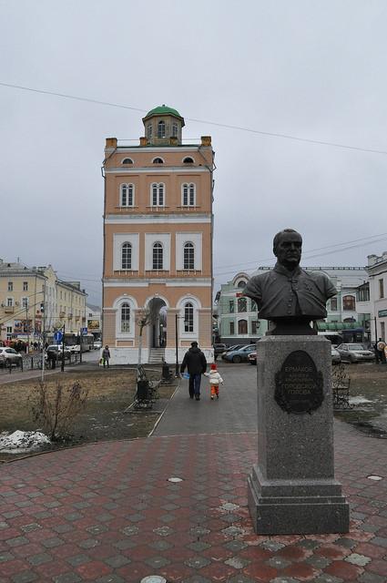 Водонапорная башня и бюст Ермакова А.В. в сквере им. Ермакова