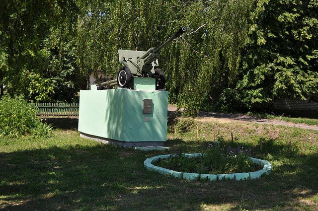 Мемориал в Чернаве, пушка
