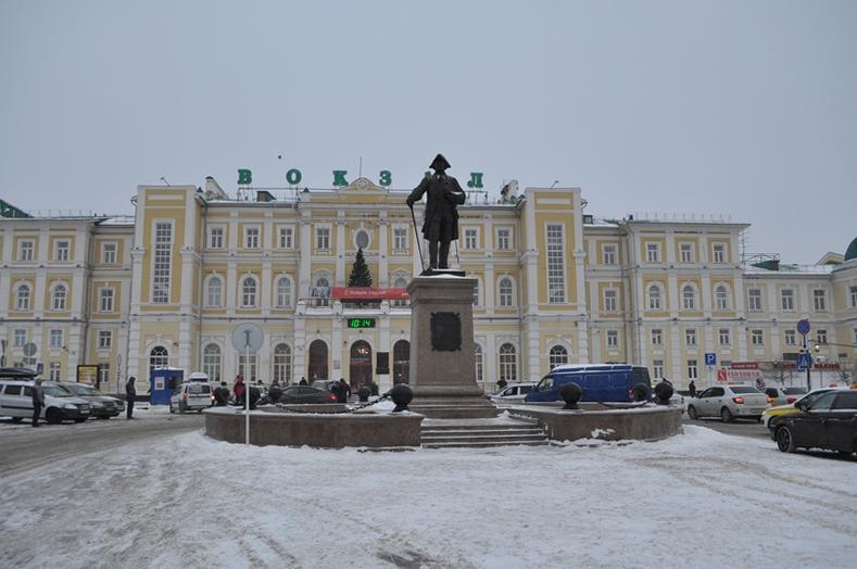 Памятник П. И. Рычкову, вокзал Оренбург