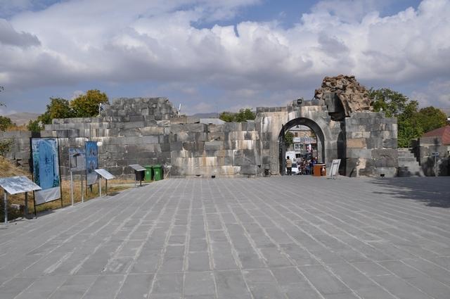 Вход в крепость Гарни
