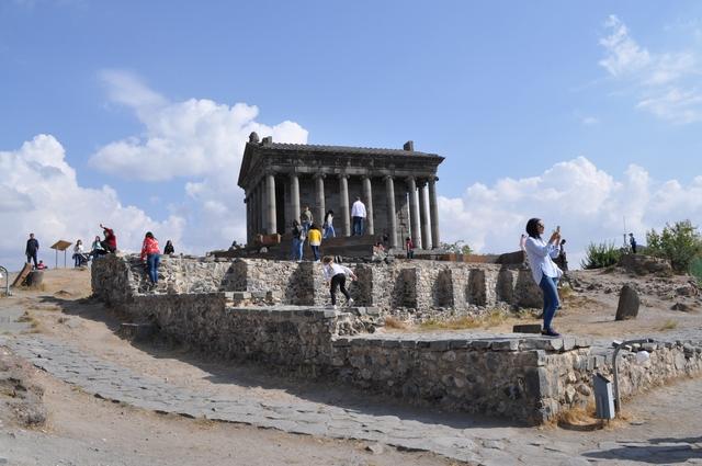 Храм гарни и фундамент разрушенной церкви