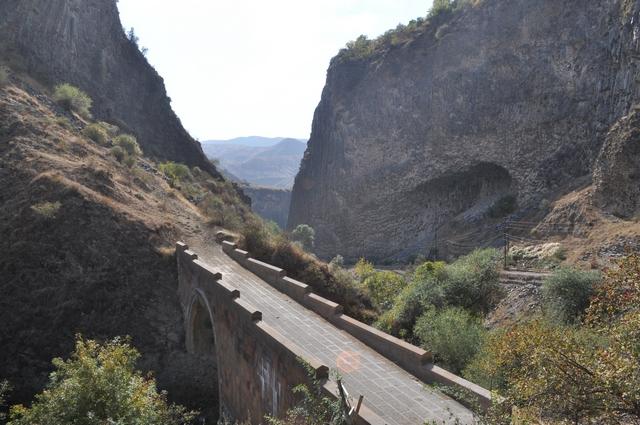 Одноарочный мост в ущелье реки Азат