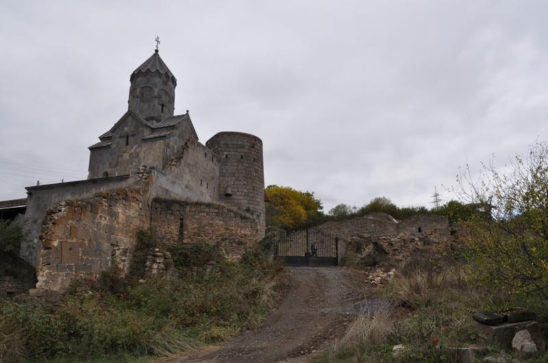 Восточные ворота и Сурб Аствацацин, монастырь Татев, Армения