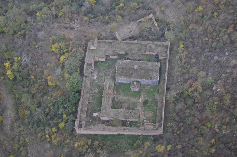 Развалины монастыря Татеви Анапат, Армения
