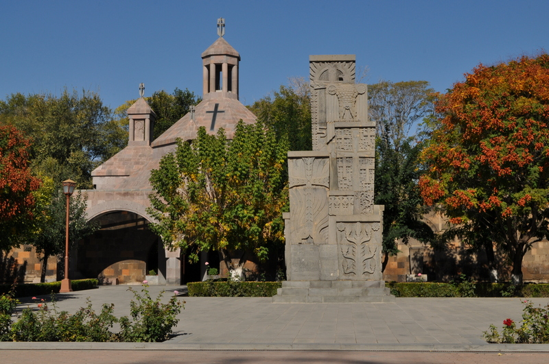 Крестильня и памятниу жертвам геноцида, монастырь Эчмиадзин, Вагаршапат, Армения