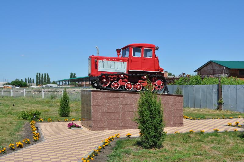 Памятник трактору Т74 в Красном Липецкой обл.