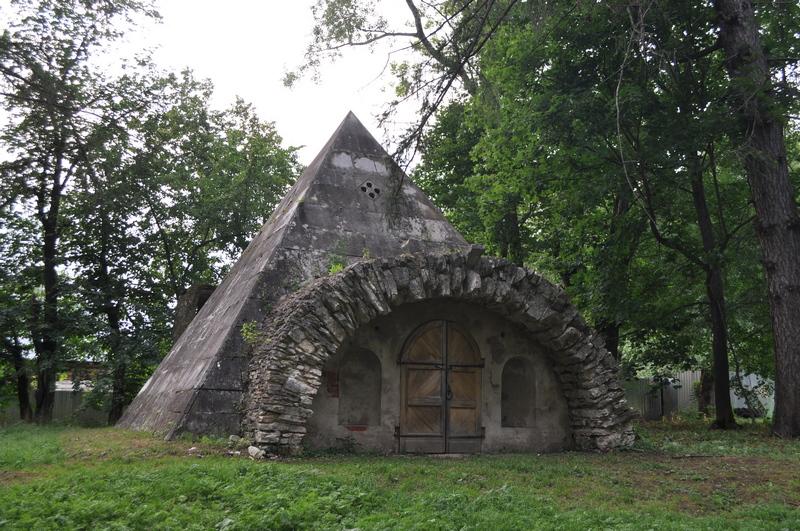 Пирамида-погреб усадьбы Никольское-Черенчицы