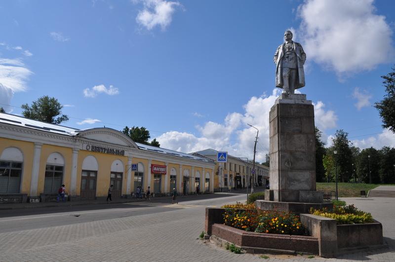 Памятник Кирову, торговые ряды в Торжке